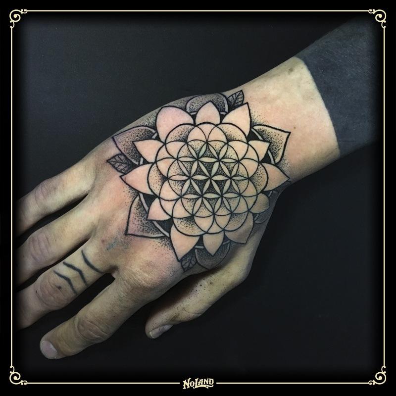 miguel trip No Land Tattoo Parlour blackwork dotwork geometria mano hand mandala