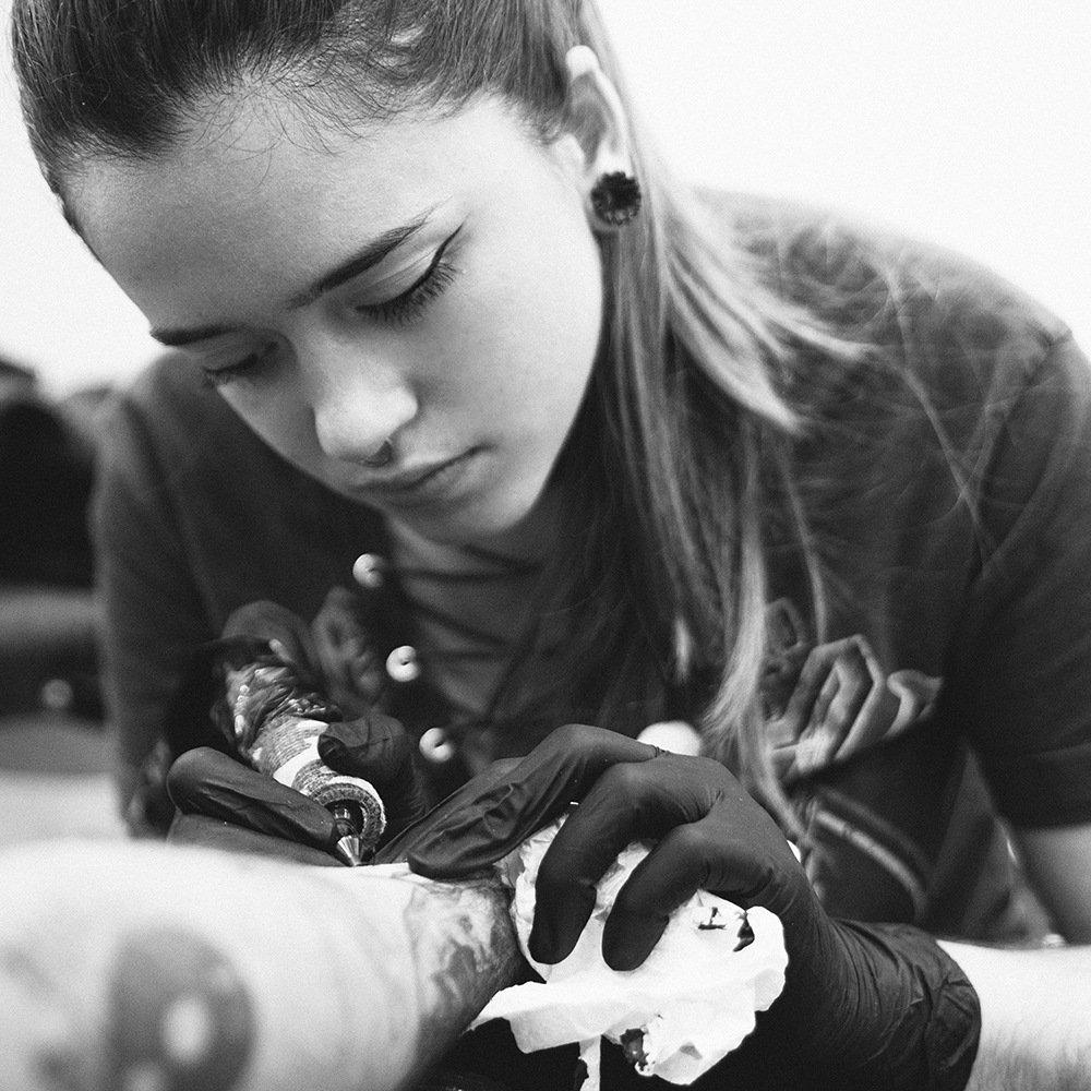 tatuajes valencia tatuaje silvia blackbunny ink No Land Tattoo Parlour blackwork bio cuadrada